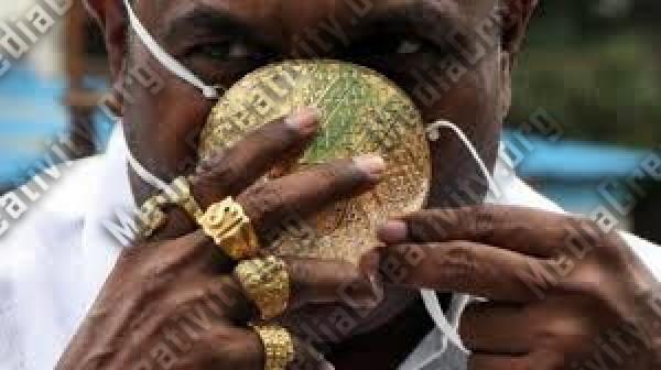 هندي يضع كمامة من الذهب للوقاية من فيروس كورونا