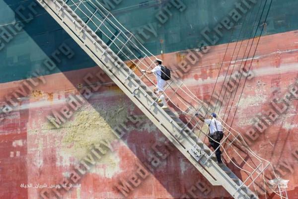 السفينة البنمية ايفر جيفين تعبر قناة السويس بنجاح